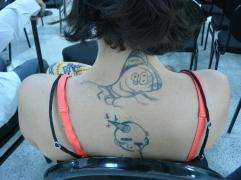 Asistente tatuada